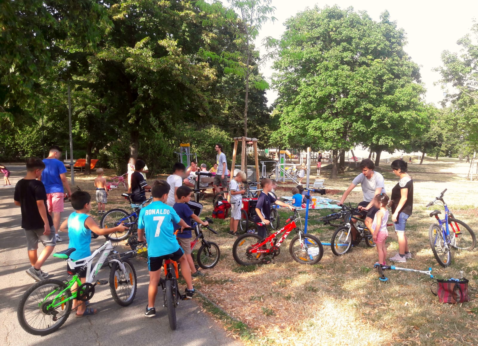 Haufenweise Kinder und Kinderfahrräder